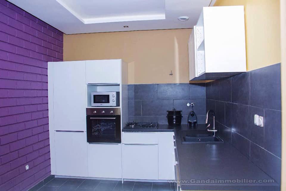 Cuisine équipée de l'appartement de luxe à Cotonou
