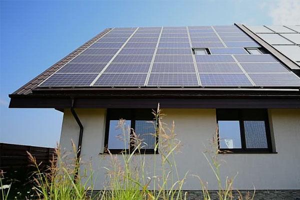 Installation de panneaux solaires, énergie renouvellable au Bénin.