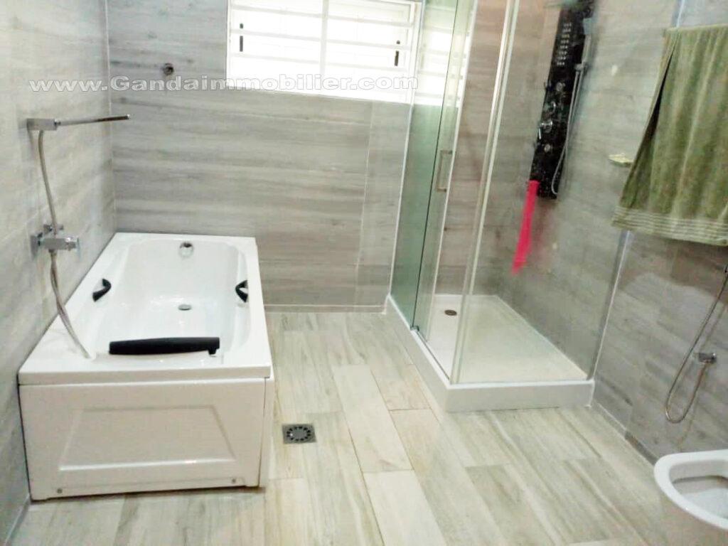 Grande salle de bains avec baignoire à la CEN-SAD cotonou