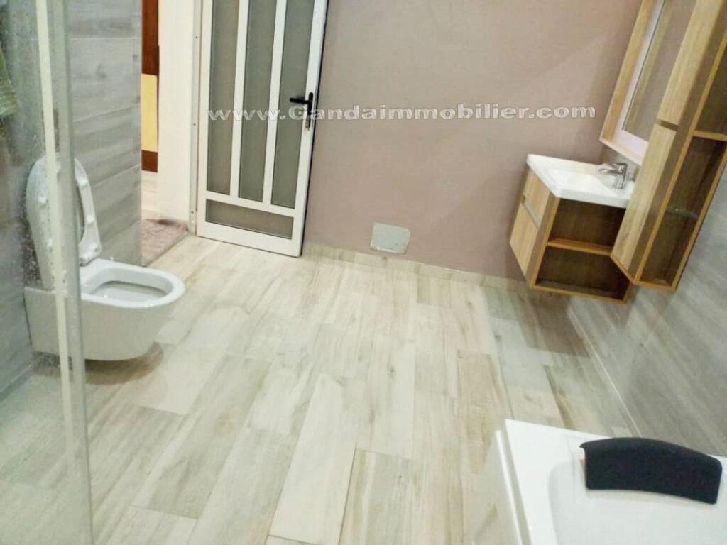 Salle de bains avec baignoire à CENS-AD Cotonou