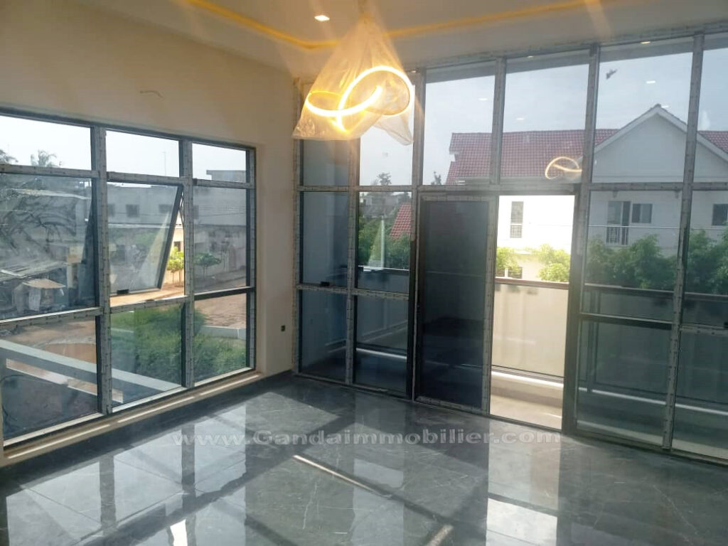 Belle chambre lumineuse avec baies vitrées