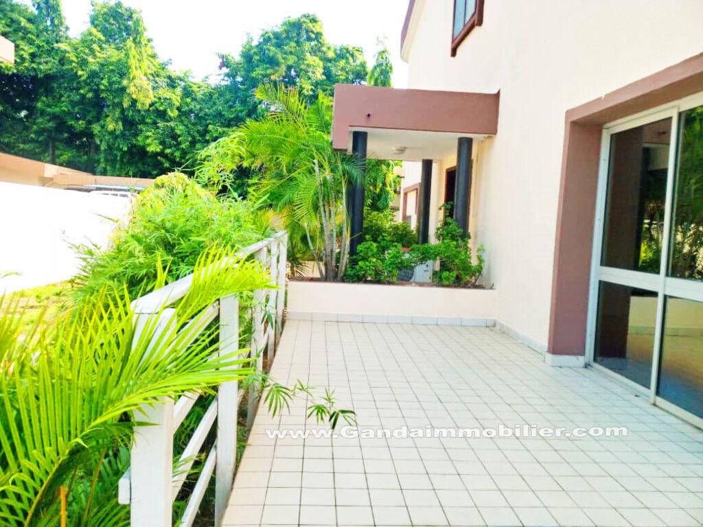 Villa à la CENSAD de cotonou avec jardin