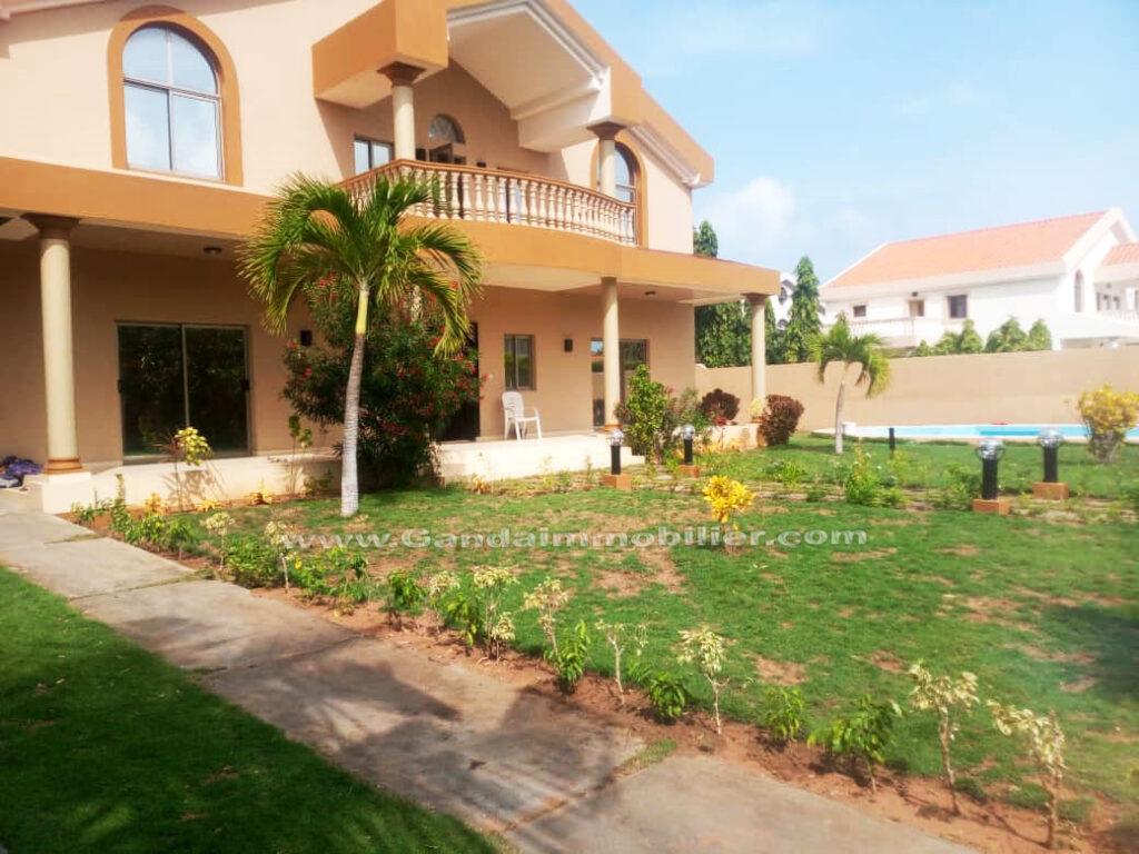 Villa à louer avec piscine et jardin à boulevard marina cotonou