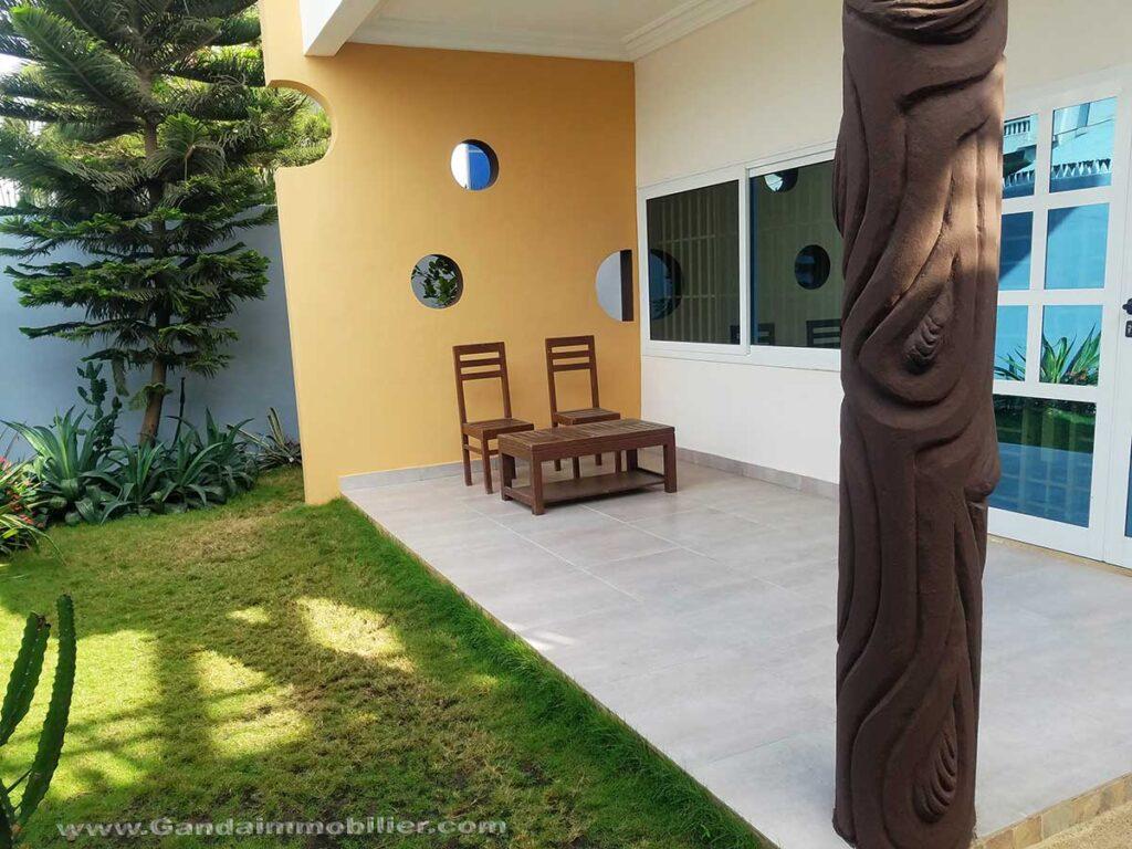 Villa neuve meublée avec jardin à Cotonou