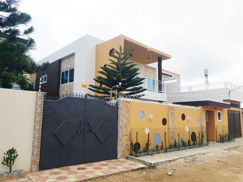 Villa meublée neuve à louer à Cotonou Agla avec Jardin