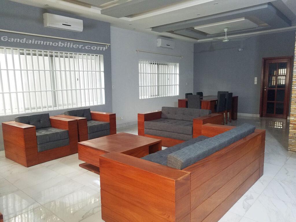 Grand salon lumineux et meublé à Cotonou