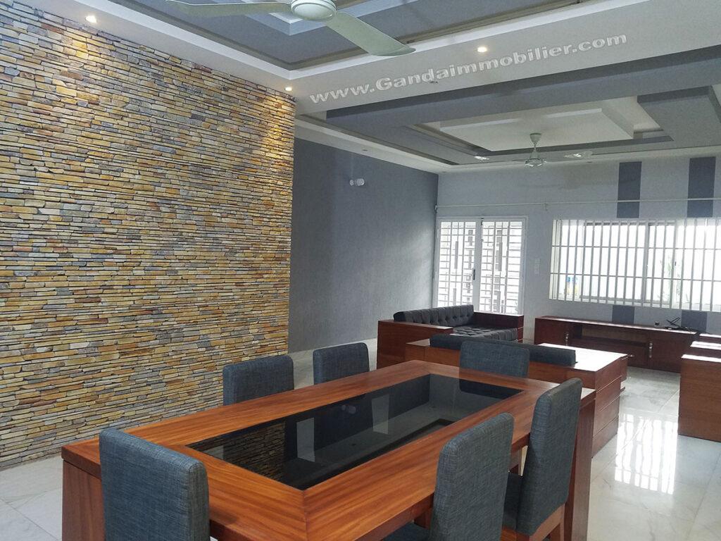 Salle à manger et salon lumineux meublé à Cotonou