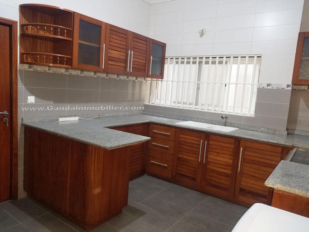 Grande cuisine et lumineuse de villa meublée à Cotonou