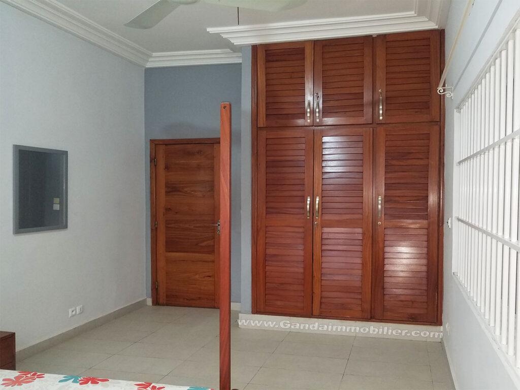 Grande chambre meublée avec dressing à louer à Cotonou