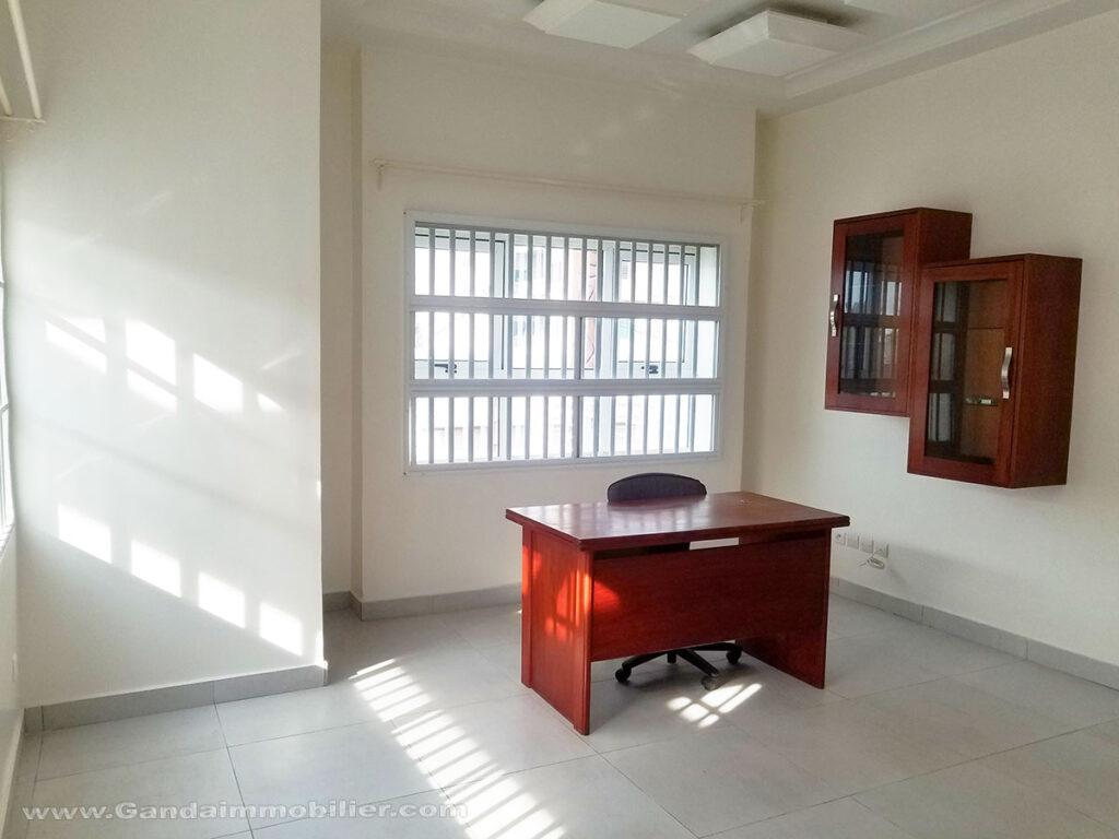 Bureau équipée dans villa meublée à louer à Cotonou