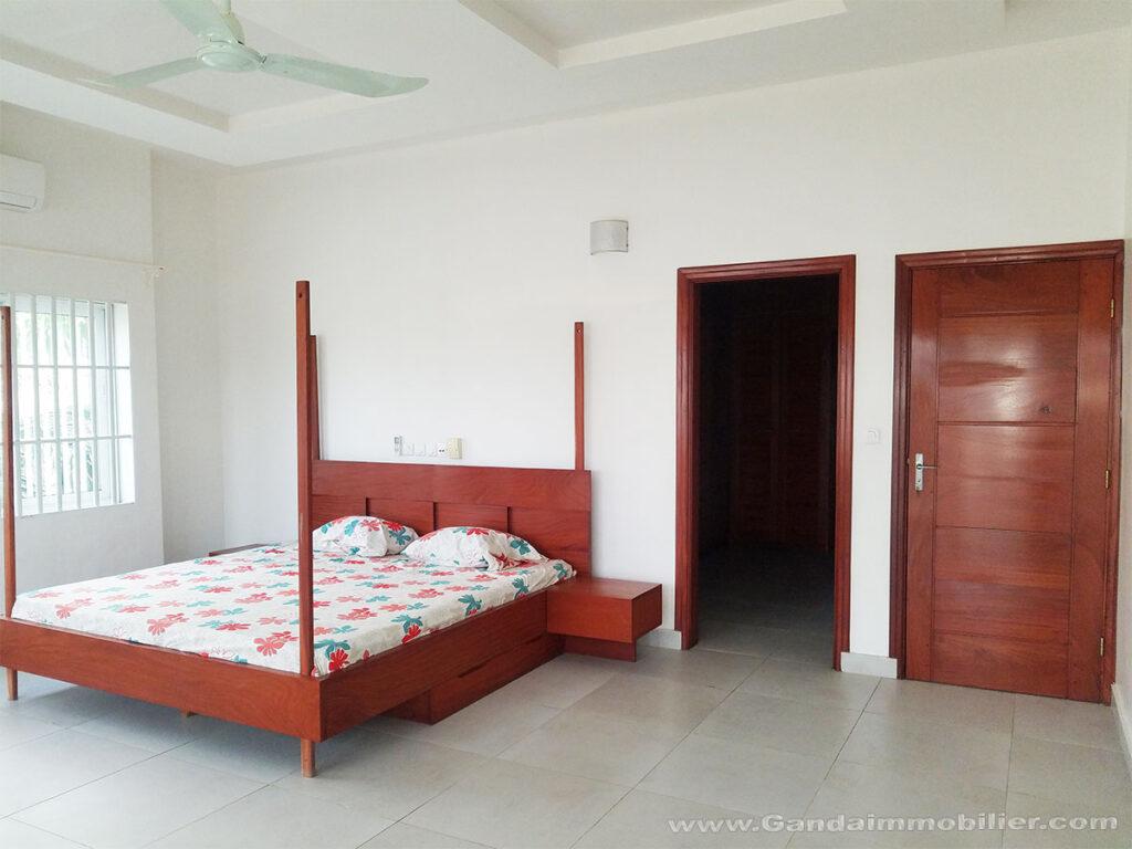 Trés grande chambre spacieuse et lumineuse avec dressing, placard