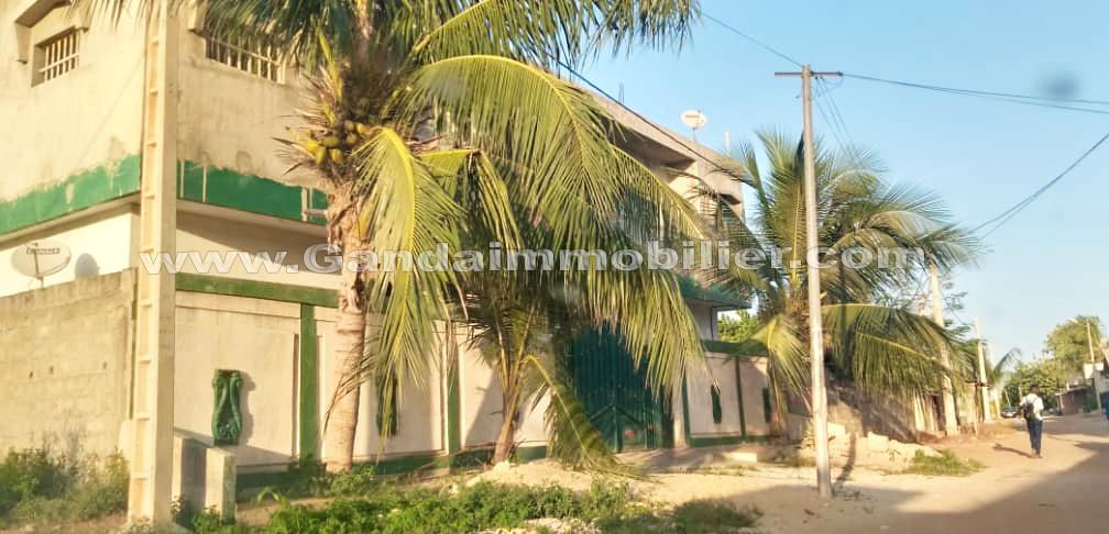 A vendre immeuble locatif R+1 à Calavi à 50 m du goudron