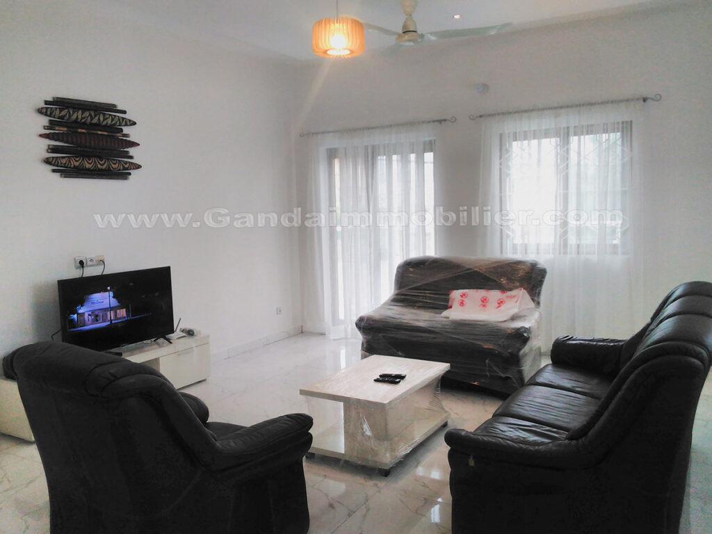 salon equipée grand et lumineux, appartement meublé à fidjrossè