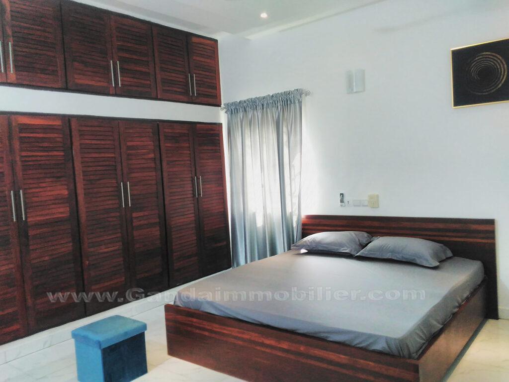 Grande chambre parentale, appartement entrée personnelle à fidjrossè plage